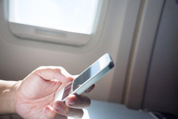 Сейчас всех путешественников предупреждают, чтобы те немедленно сообщали бортпроводнику, если уронили под сидение смартфон