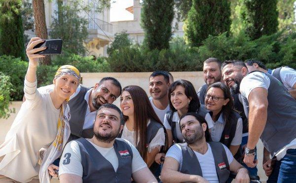 Асма Асад с добровольцами, помогающими раненым в одной из больниц Дамаска.