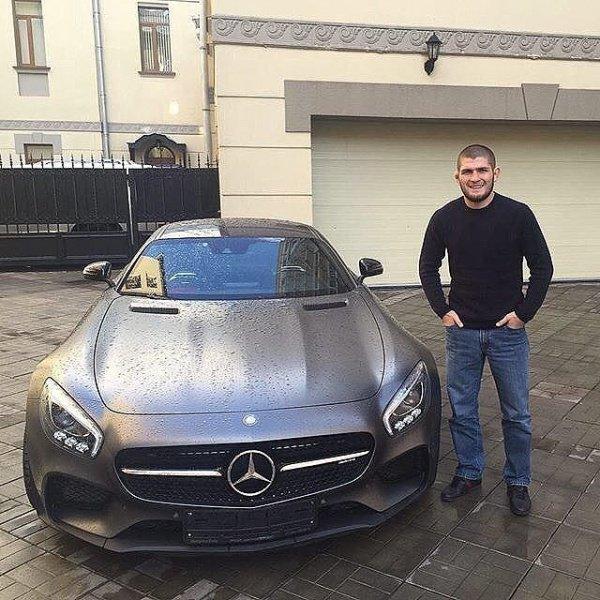 Хабиб Нурмагомедов с дорогим подарком.