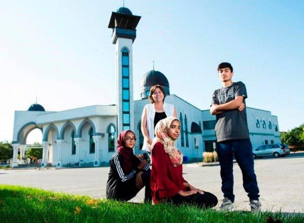 Картина рассказывает истории троих подростков-мусульман.