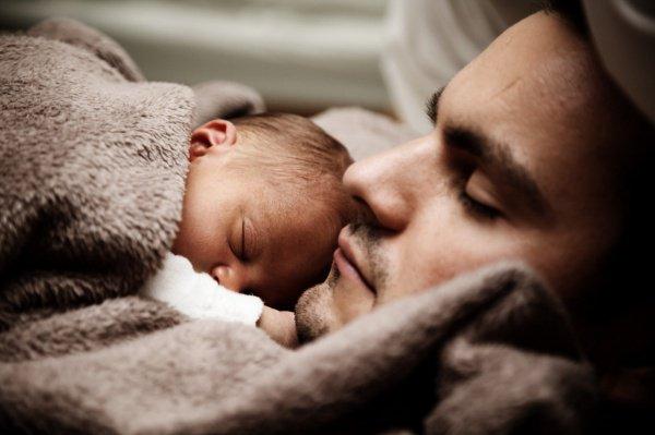 Согласно Конституции РФ институт отцовства, материнства и детства имеет равный правовой статус