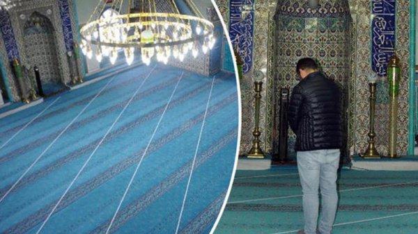 Имам мечети выложил на полу указатели верного направления для молитвы.