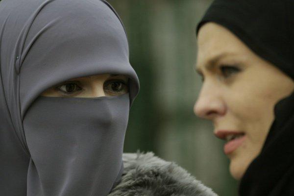 Жительницам Алжира запретили покрывать лицо на работе.