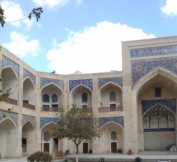 Внутренний двор медресе Мир-и Араб