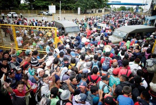 Мигранты движутся к границам США.