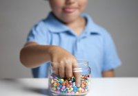 Объяснена опасность рекламы сладостей для детей