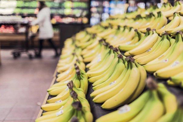 Банан, который, к слову, с точки зрения биологии скорее ягода, чем фрукт, имеет толстую и плотную кожуру