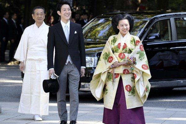 Поскольку Аяко связала себя узами брака с простолюдином, она потеряла статус члена императорской семьи