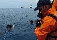 Водолазы возобновили поиски самолета, потерпевшего крушение в Индонезии