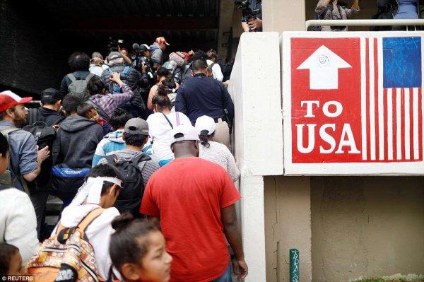 Многотысячный караван мигрантов приближается к границам США.