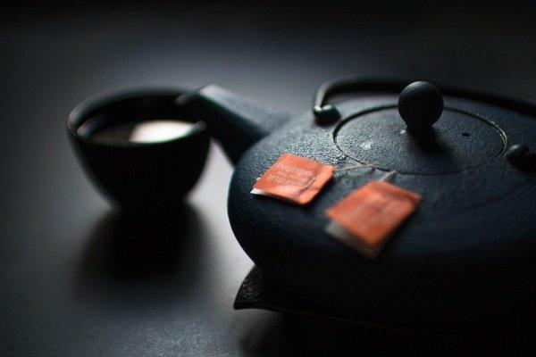 Гидрохиноны, которые содержатся в чае, шоколаде и кофе, в сочетании с цинком тормозят окислительный стресс и препятствуют процессу старения
