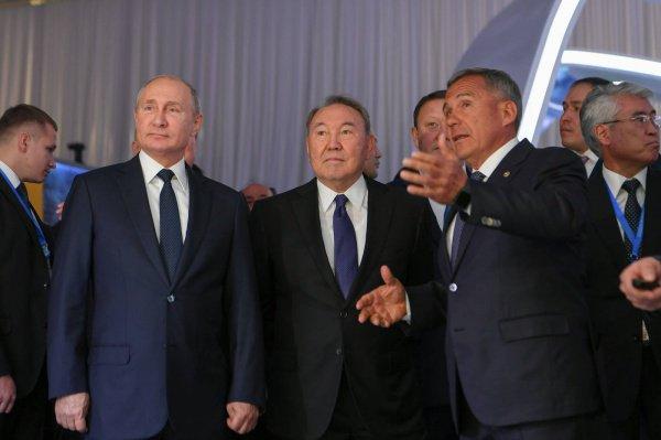 Президенты России, Казахстана и Татарстана на выставке.
