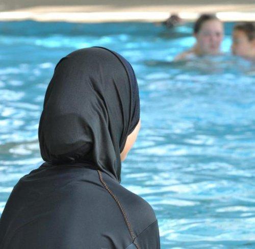Жительницу Бишкека не пустили в бассейн в буркини