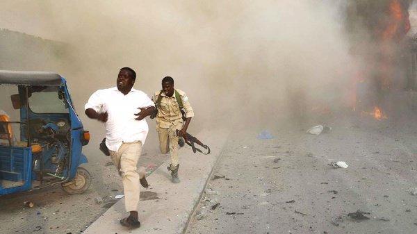 Теракт в Могадишо унес жизни полусотни человек.