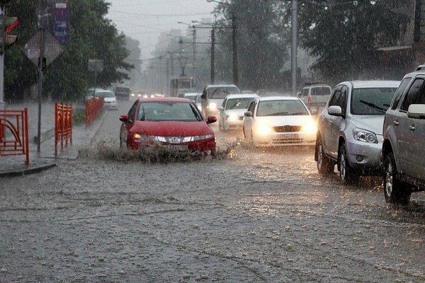 В Персидском заливе пытаются справиться с последствиями сильнейших ливней.