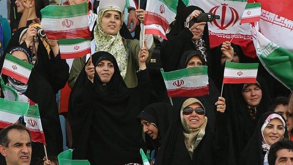 Иранские женщины на стадионе.