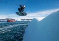 Вейкбордер прокатился по леднику в Гренландии (ВИДЕО)