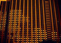Канатоходец прошел между 2 многоэтажками в Санкт-Петербурге (ВИДЕО)