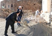 Священник, помогавший отремонтировать мечеть, стал любимцем соцсетей