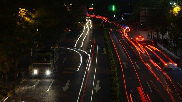 Китаец увидел синий грузовик, когда поправлял наушник, выпавший из уха, держась при этом за руль одной рукой