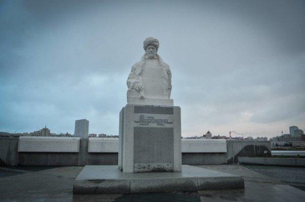 Минниханов распорядился сделать надписи на памятнике Марджани на четырех языках.