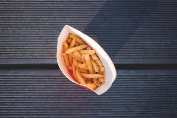 Больше всего медики рекомендуют избегать закусок, состоящих не просто из картофеля фри, а куда также добавляются еще чили, сыр или другие приправы