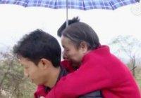 Житель Китая носил парализованную мать на спине 15 лет