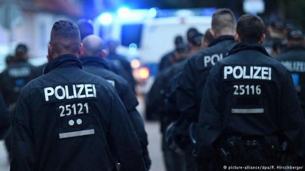 Полиция прекратила концерт из-за нацистских символики и приветствий.