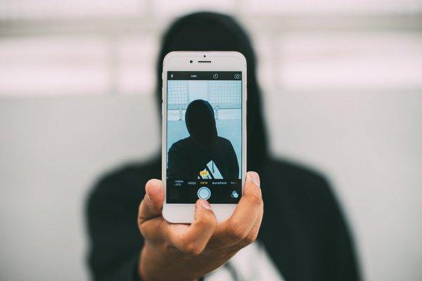 Они делают экстремальные фотографии и видеозаписи для подписчиков, из-за количества которых в будущем они смогут зарабатывать на своих аккаунтах в социальных сетях