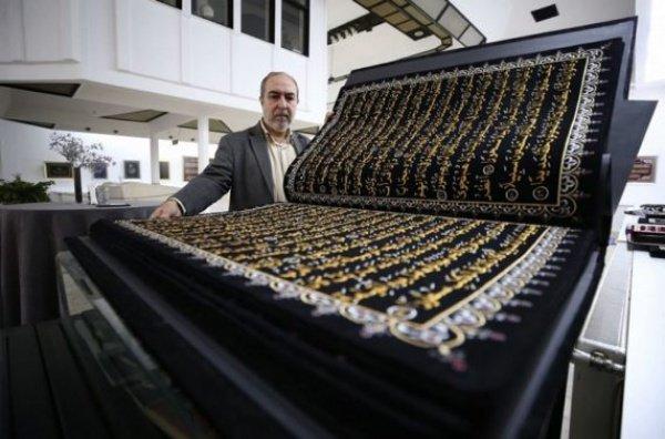 Мухаммед Махер Хадри с вышитым золотыми нитями Кораном.