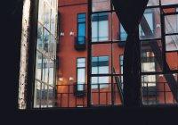 В Тбилиси с балкона дома сняли припаркованную на 27 лет машину (ВИДЕО)