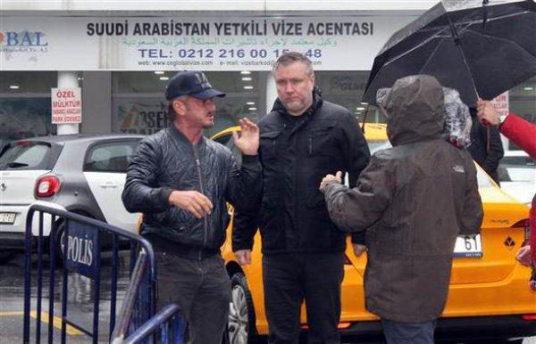 Шон Пенн возле саудовского генконсульства в Стамбуле.