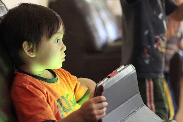 Мозг детей, много времени проводящих перед экраном компьютера за играми и в Сети, замедляется в развитии