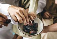 Правда ли, что разговаривать во время еды на полезные темы является Сунной?