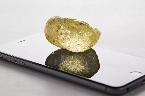 Алмаз ювелирного качества, то есть подходит для обработки