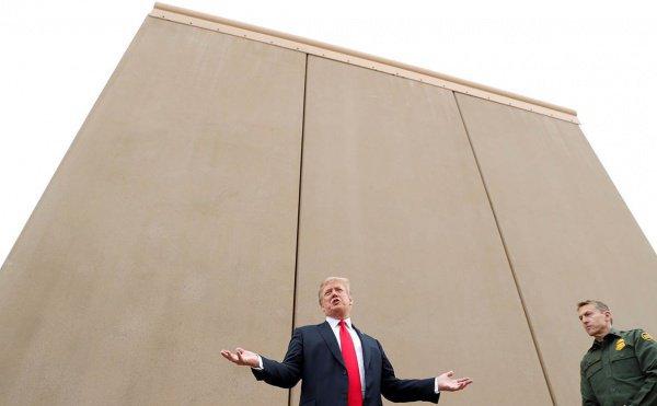 Дональд Трамп у прототипа стены на границе с Мексикой.