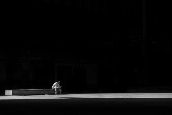 Специалисты также установили, какие именно люди подвержены одиночеству меньше других