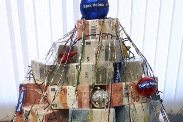 Елка стоит уже несколько дней, однако она будет разобрана в связи с высоким спросом на наличную валюту