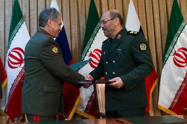 Сергей Шойгу и Хосейн Дехган на подписании соглашения в 2015 году.