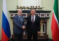 Рустам Минниханов вручил Виталию Наумкину орден «Дуслык»