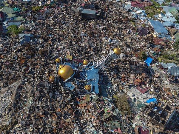 Разрушенный цунами мусульманский храм.
