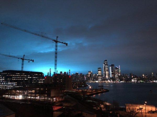 Небо над Нью-Йорком ночью окрасилось в ярко-голубой цвет