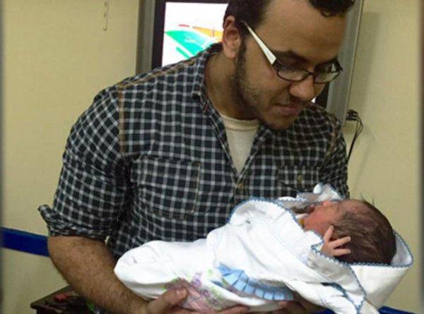 Момен Мохтар с новорожденным сыном.