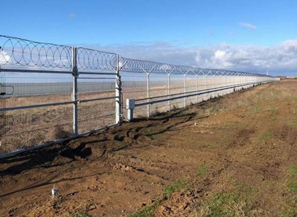 Стена на российско-украинской границе в Крыму.