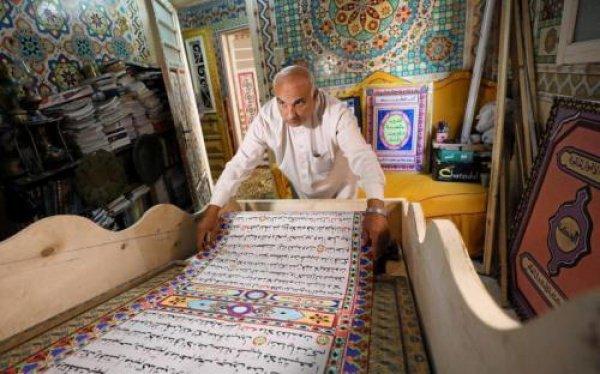 Саад Мохаммед с созданным им Кораном.