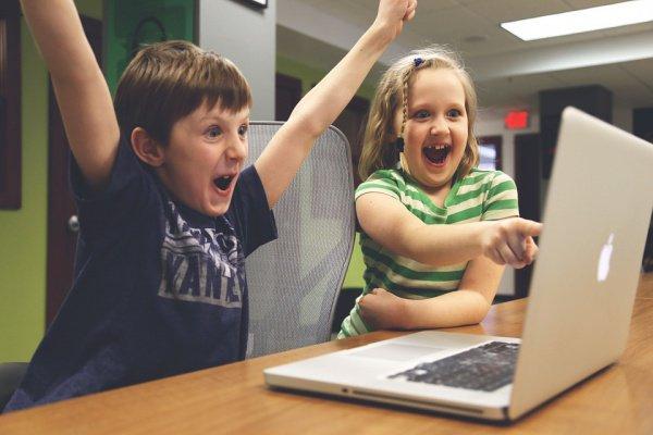 Дети, которых поощряют гаджетами, становятся сильно зависимыми от них