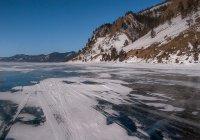 Пожилая женщина устроила заплыв подо льдом Байкала