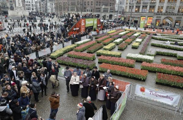 При этом в рамках события праздника жителям страны и туристам раздали в общей сложности больше 200 тыс. цветов