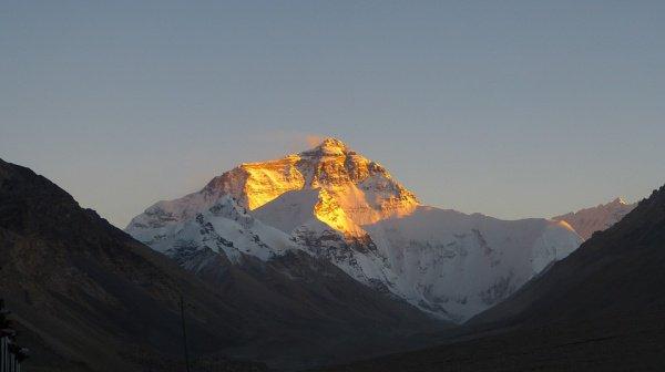 Отныне только 300 туристов в год смогут подняться на высочайшую в мире гору