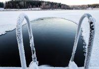 Девушка установила рекорд в ледяной проруби в России